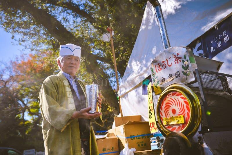 茶酿酒者和卖主日本的过周末市场 库存照片