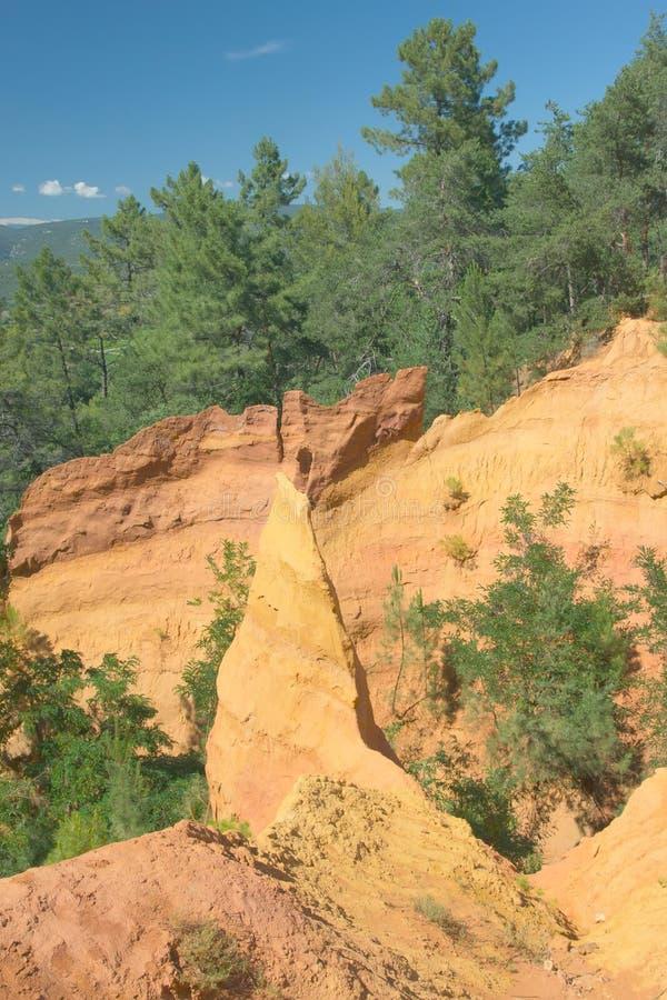茶黄岩石临近Roussillon (法国) 库存照片