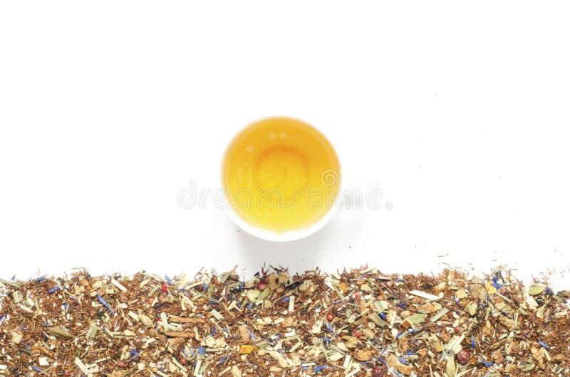 茶 清凉茶、干草本和花与果子和莓果片断  库存图片