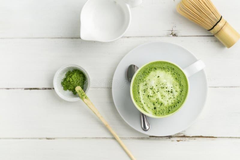 绿茶matcha在白色背景的拿铁杯子从平的v上 免版税库存图片