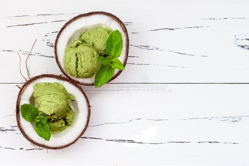 绿茶matcha薄菏冰淇凌用巧克力和椰奶 免版税库存照片