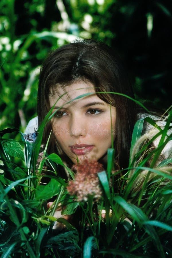草位于的妇女 免版税图库摄影
