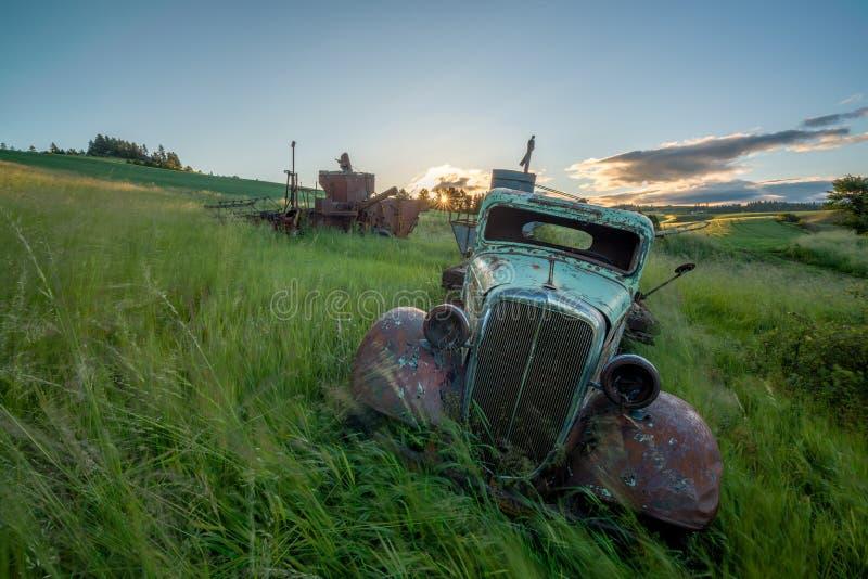 草在与生锈的老农厂卡车的风吹 免版税库存照片