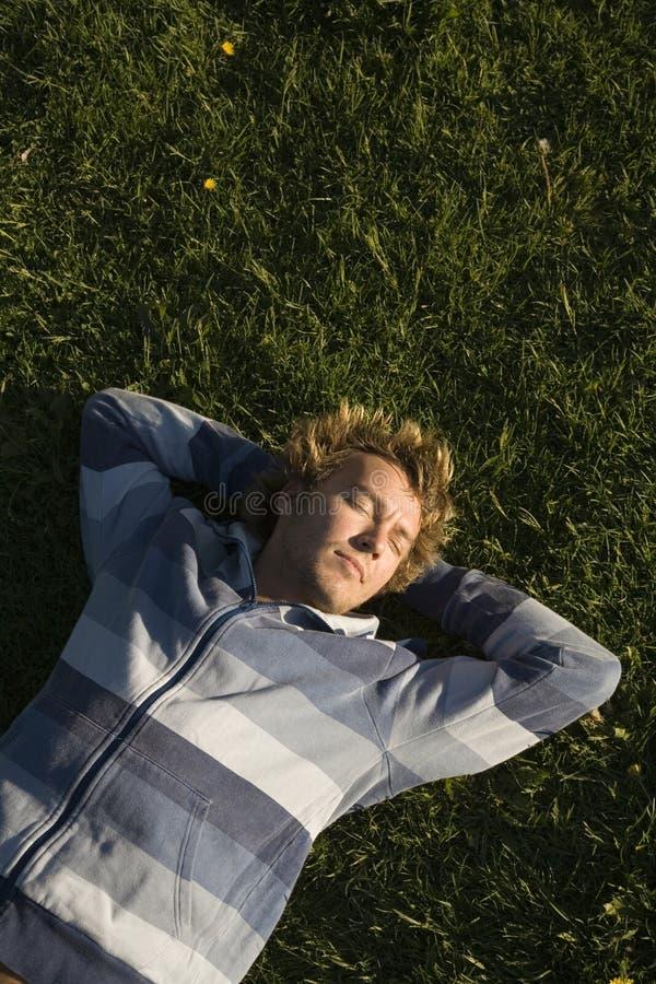 草坪位于的人 库存图片