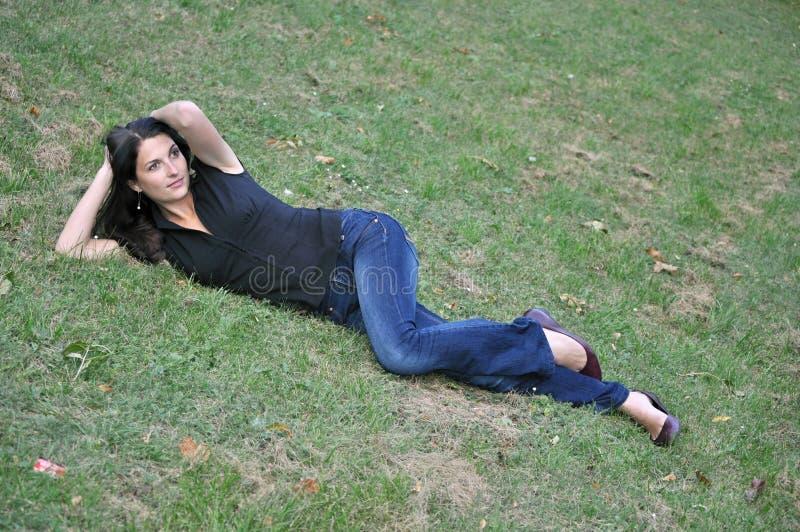 草坪位于的妇女 免版税库存照片