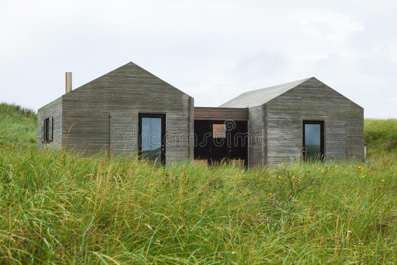 草坪包围的现代木房子 库存图片