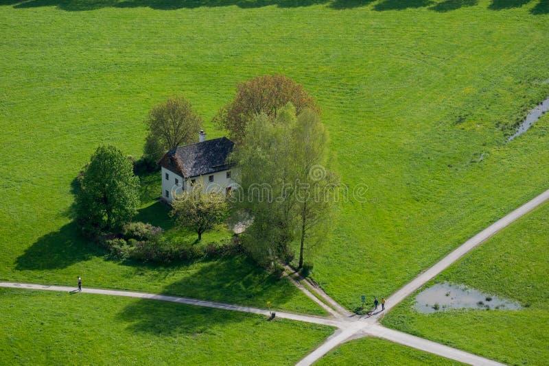 草坪的鸟瞰图房子在交叉路位于Salzbu 库存照片