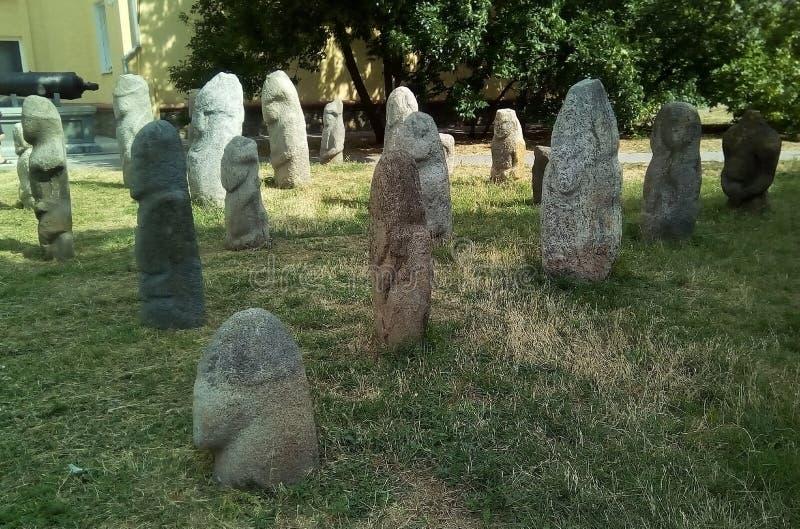 草坪的Scythian石妇女在城市博物馆附近 古老灰色石雕塑 免版税库存照片