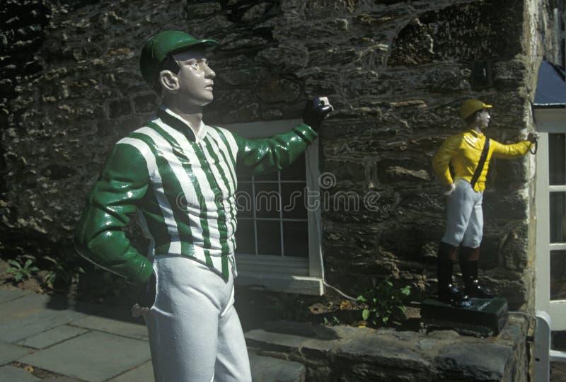 草坪骑师在旅馆和小酒馆外面在Middleburg,在美国路线50的VA 免版税库存照片