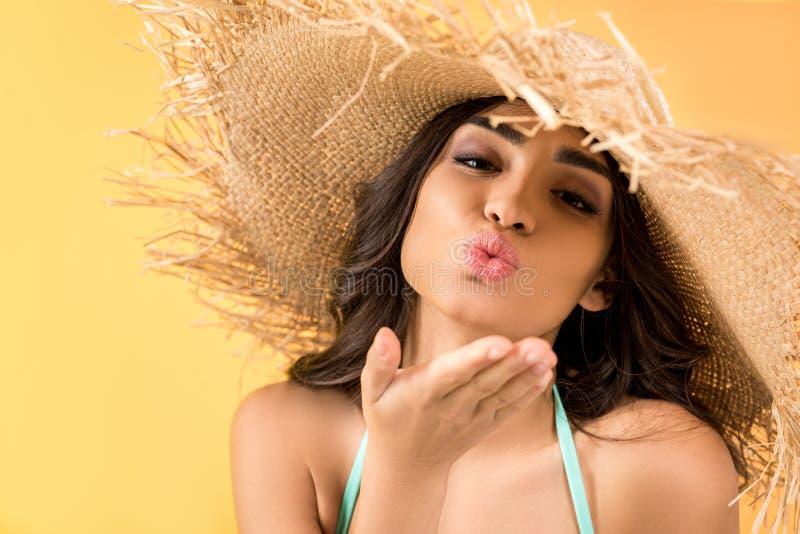 草帽吹的亲吻的美丽的女孩, 库存例证
