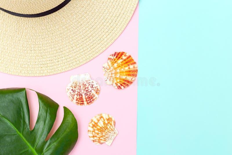 草帽和贝壳在淡色背景 r 库存图片