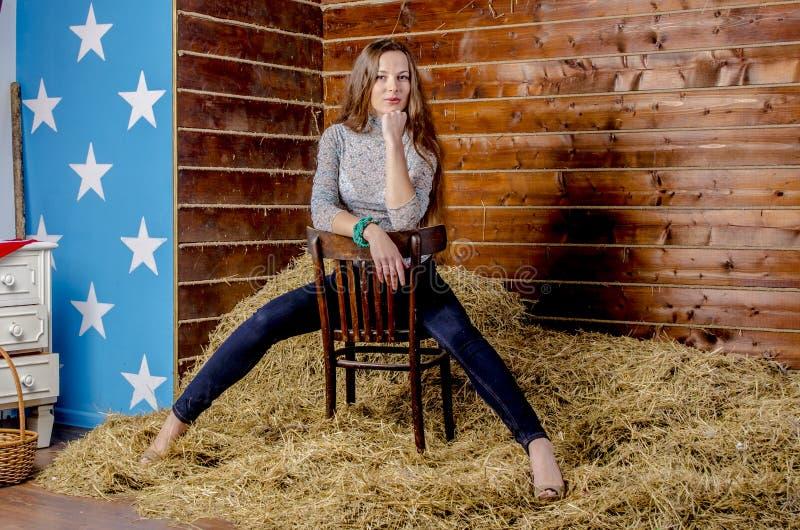 草料棚的年轻美丽的亭亭玉立的女孩 图库摄影
