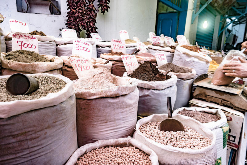 草本、香料和调味品在东部市场上 免版税库存照片