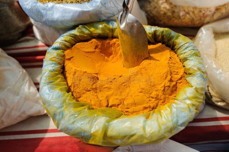 草本健康治疗治疗植物,香料,在销售的番红花在露天义卖市场,市场 图库摄影