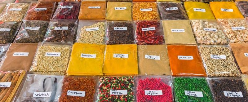 草本和香料全景在巴厘语市场上 库存照片
