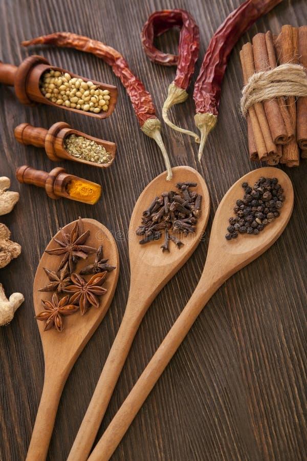 草本和香料在木桌上 库存图片