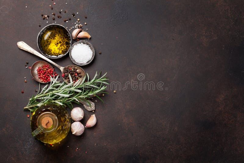 草本和香料在石桌上 库存照片