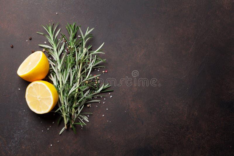 草本和香料在石桌上 库存图片