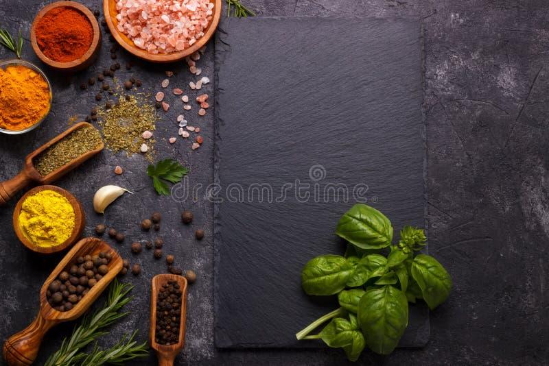 草本和香料在黑色 免版税库存照片