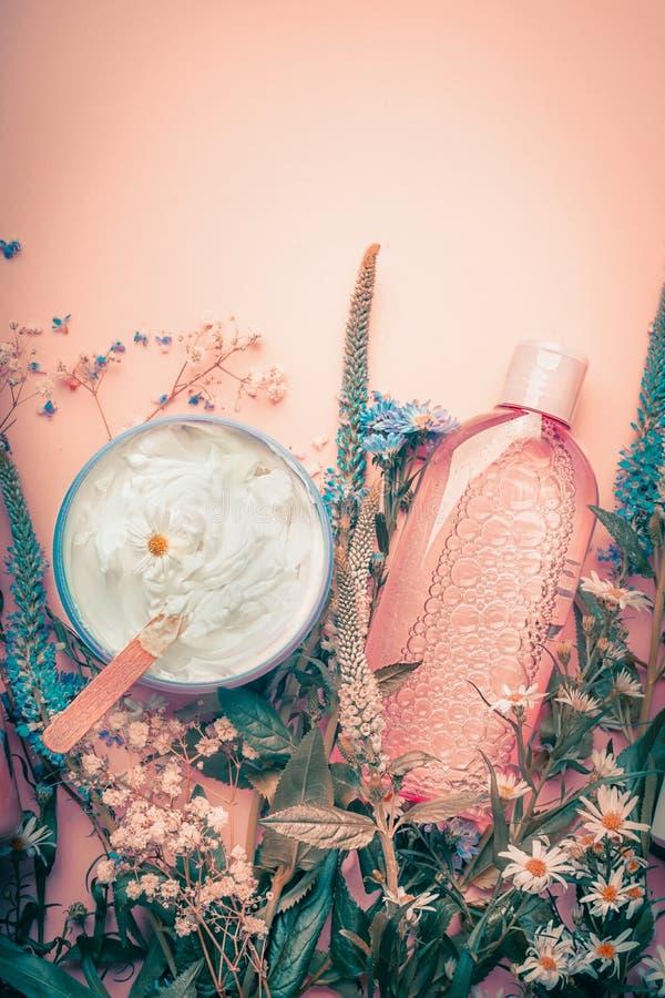 草本皮肤学化妆奶油和化妆水与花 在淡色背景的Skincare产品 免版税库存照片