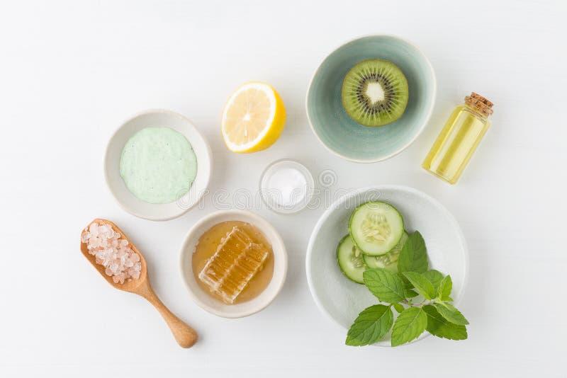 草本秀丽和skinca的皮肤学化妆卫生奶油 免版税图库摄影