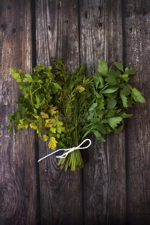 草本花束在木背景的 免版税库存图片