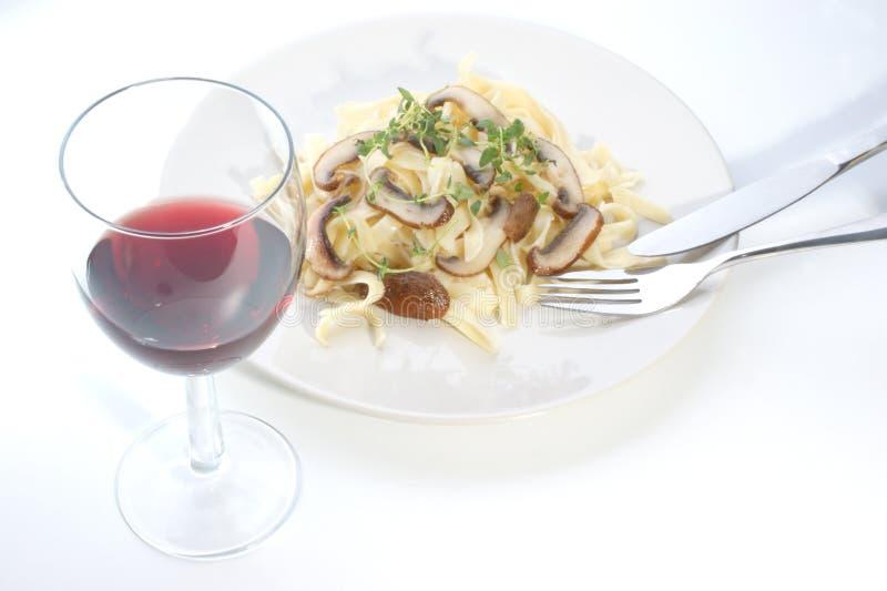 草本蘑菇有机意大利面食牌照 免版税库存图片