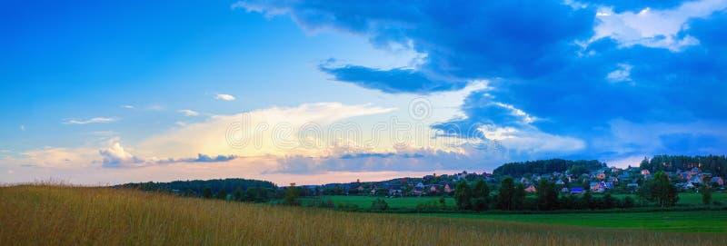 草甸和日落天空 图库摄影