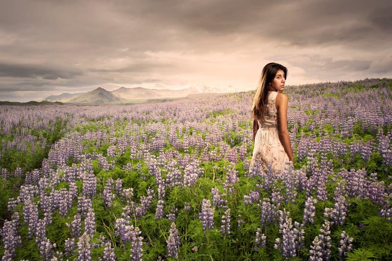 草甸常设妇女年轻人 免版税图库摄影