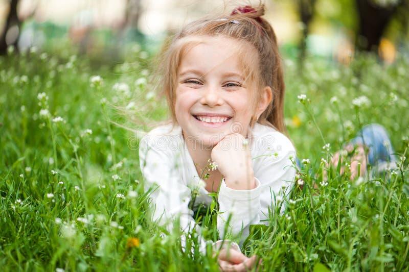 草甸的可爱的小女孩 库存图片