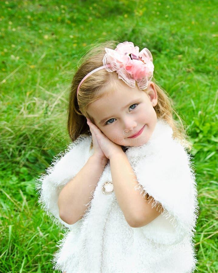 草甸的逗人喜爱的小女孩 库存照片