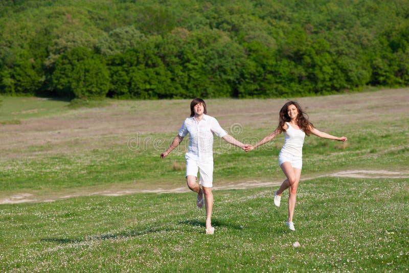 Download 草的二个恋人 库存图片. 图片 包括有 房子, 蓝色, 夫人, 喜悦, 成人, 幸福, 运行, 浪漫, 室外 - 62530503