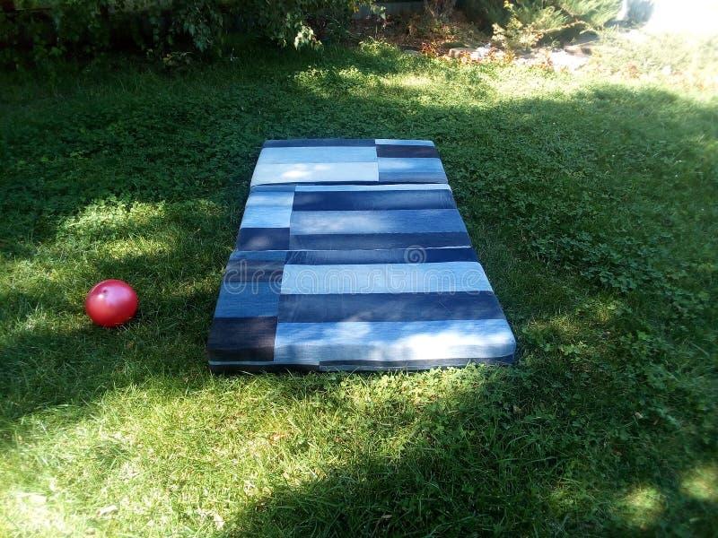 草的基于在床垫 草坪,树荫,夏天,热,假期,放松,忘掉一切 库存图片