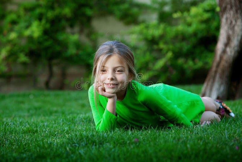 草的女孩 图库摄影