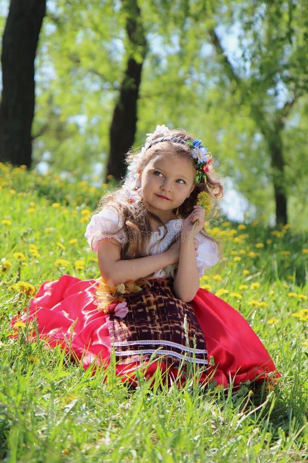草的小女孩。 图库摄影