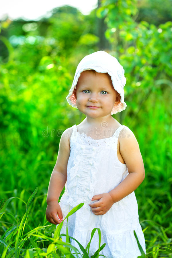 绿草的小女孩 库存图片