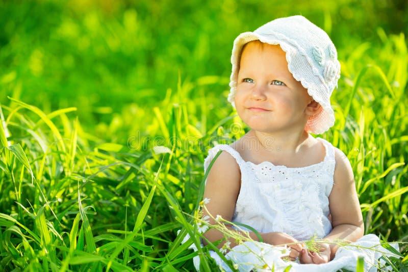 绿草的小女孩 库存照片