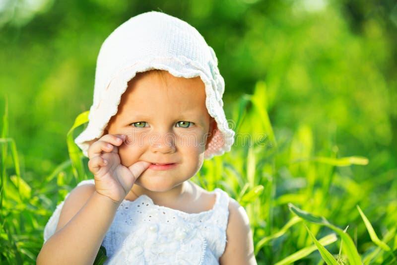 绿草的小女孩 免版税库存图片