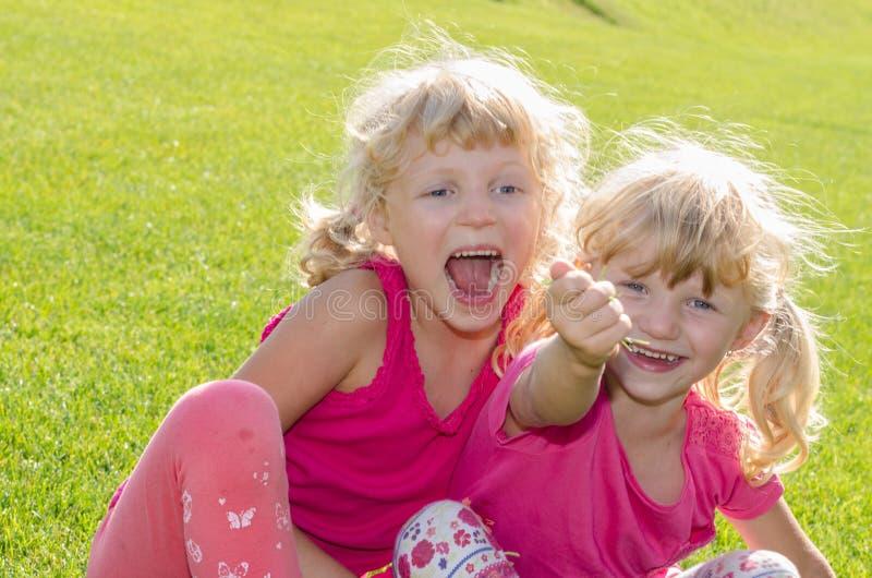草的白肤金发的女孩 图库摄影