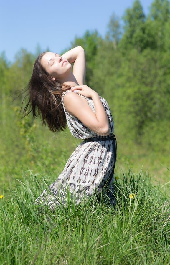 绿草的肉欲的女孩 免版税图库摄影