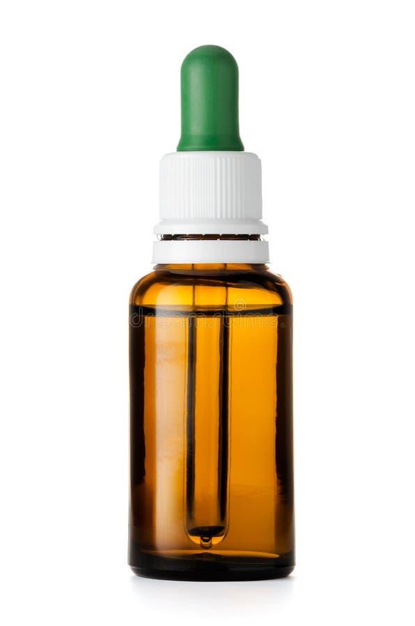 草药或芳香疗法在白色隔绝的吸管瓶 免版税图库摄影