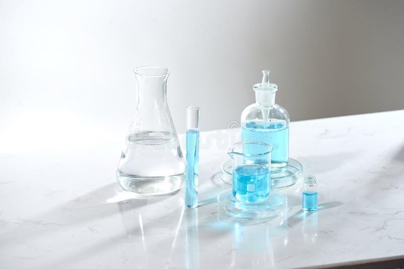 草药自然有机和科学玻璃器皿,研究与开发概念 库存照片