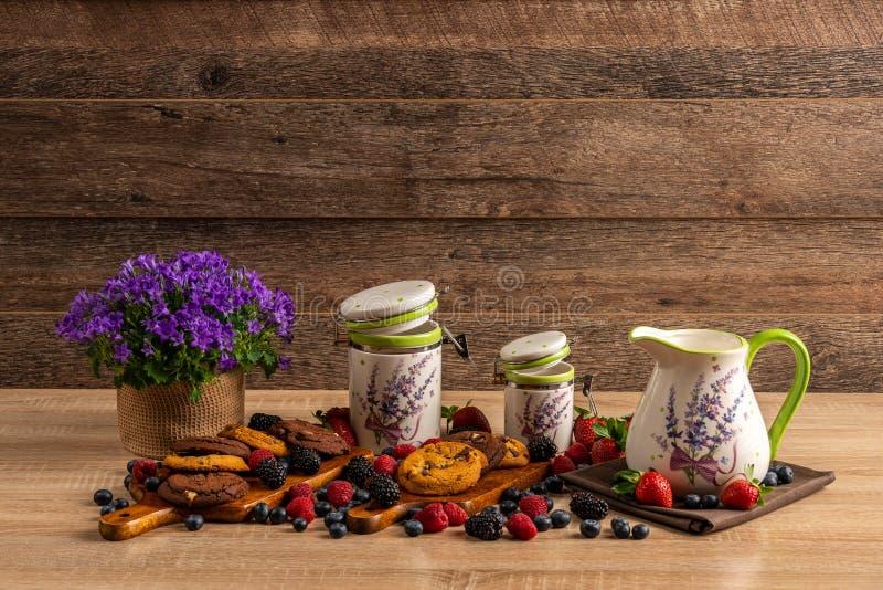 草莓、蓝莓、莓、黑莓和紫罗兰花的五颜六色的被分类的混合 免版税库存照片
