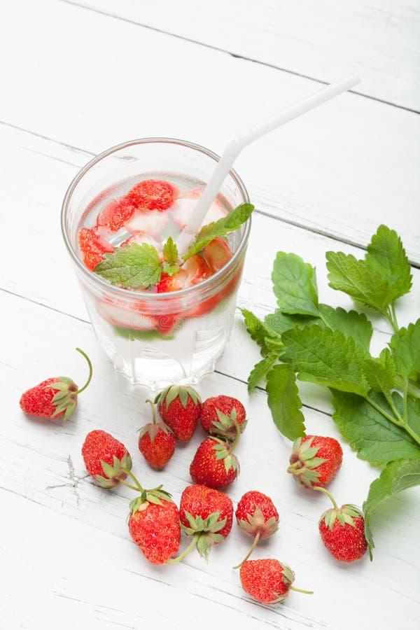 草莓与薄荷,抗氧化食家的戒毒所水玻璃的 免版税库存图片