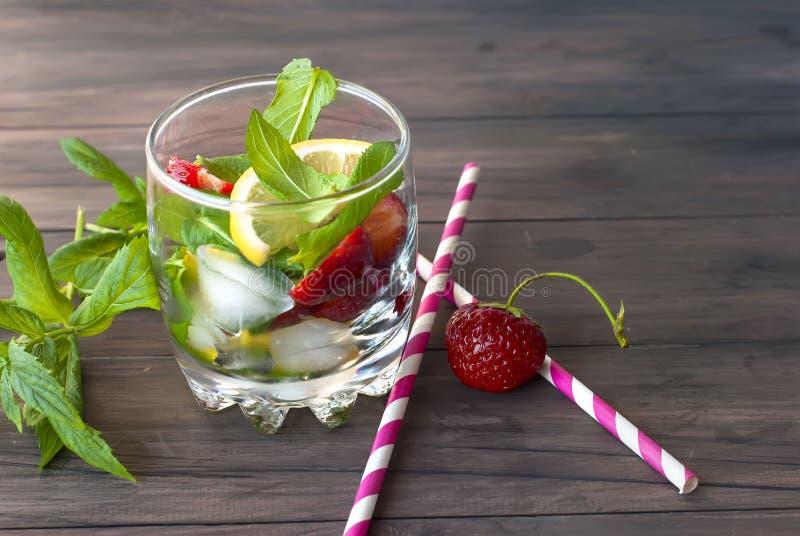 Download 草莓与薄菏和冰选择聚焦的mojito鸡尾酒 库存图片. 图片 包括有 生气勃勃, 草莓, 反映, 汁液, 叶子 - 72364377