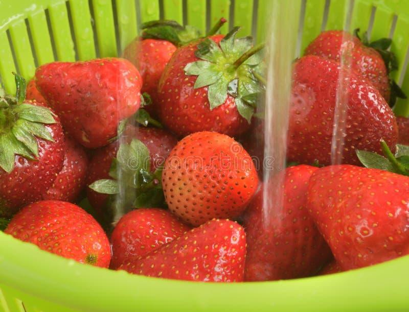 草莓为果酱或蜜饯做准备 免版税库存照片