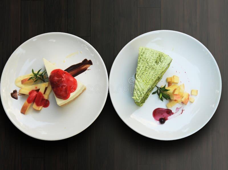 草莓乳酪蛋糕和绿茶matcha蛋糕 免版税图库摄影
