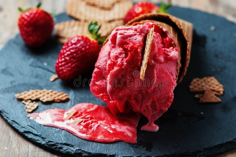 草莓冰淇凌 库存图片