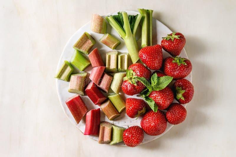 草莓和大黄 库存图片