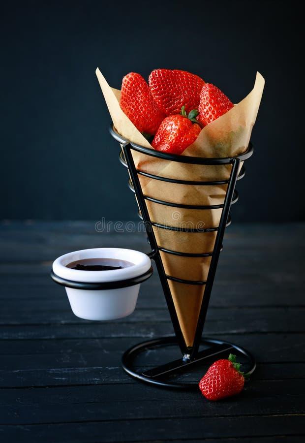 草莓和巧克力的沙漠在点心酒吧 免版税库存图片